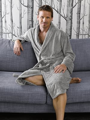 man draagt grijze badjas de witte lietaer